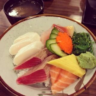 生魚丼飯 -  dari 千壽司日本料理 板橋店 (板橋區) di 板橋區 |New Taipei / Keelung