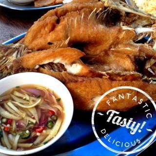ปลากระพงทอดน้ำปลา -  dari Rabieng Talay (อ.เมืองสมุทรปราการ) di อ.เมืองสมุทรปราการ |Bangkok