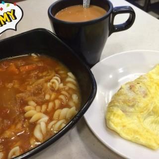 羅宋湯螺絲粉+火腿奄列+奶茶 - 位於北角的寶湖茶餐廳 (北角) | 香港
