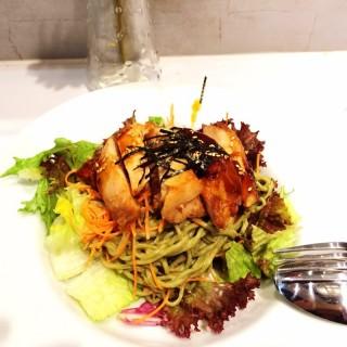 Bull run- teriyaki chix, soba noodle, salad - 位于萊佛士坊的Wheat Baumkuchen (萊佛士坊) | 新加坡