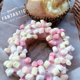 草莓棉花糖波堤+起司瑪芬 -  dari Mister Donut 青海門市 (西屯區) di 西屯區 |Taichung
