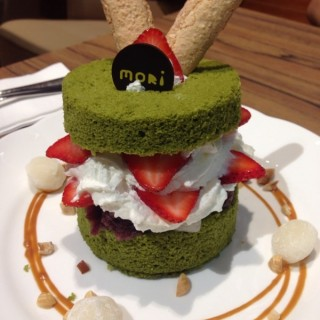 Straw red bean macha chiffon  -  dari MORI Dessert Bar (ปทุมวัน) di ปทุมวัน |Bangkok