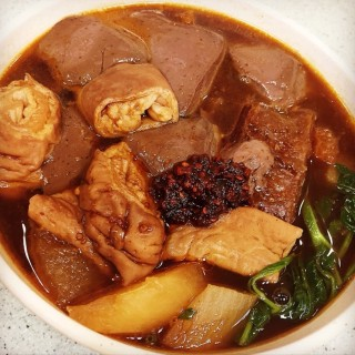 Soup with Pig's Skin, Blood, Intestines, Radish & Kangkong - 位於銅鑼灣的榮記粉麵 (銅鑼灣) | 香港