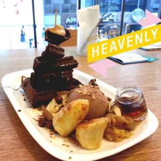 蜂蜜玉桂香蕉窩夫配朱古力雪糕 - ใน尖沙咀 จากร้านSweet Tooth (尖沙咀)|ฮ่องกง