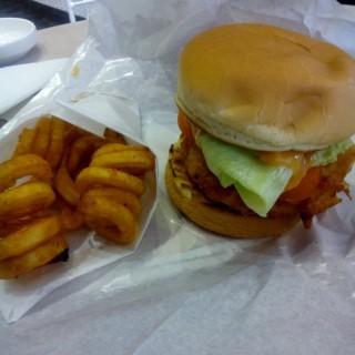 Chicken Burger  + curly Fries -  dari Five Monkeys (Sunter) di Sunter |Jakarta