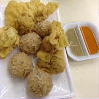 炸雲吞魚球 -  dari Loja Sopa De Fita Cheong Kei (新馬路) di 新馬路 |Macau