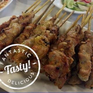 หมูสะเต๊ะ -  dari Ruengrit Seafood (ท่าข้าม) di ท่าข้าม |Bangkok