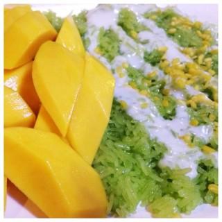 ข้าวเหนียมมะม่วง -  dari สวนอาหารสมพงศ์ (คลองจั่น) di คลองจั่น |Bangkok