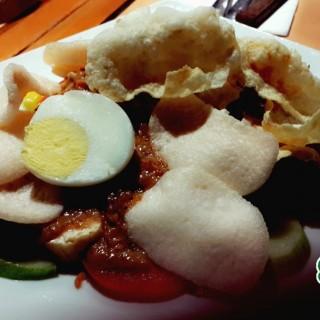 Indonesian Salad with Peanut Sauce (Gado - gado ) - 位於Tomang的Tamani Kafe (Tomang) | 雅加達