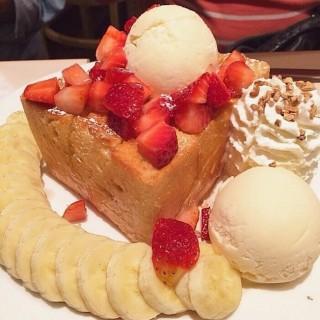 Shibuya Honey Toast with banana and strawberry - 位於ลาดพร้าว的After You (อาฟเตอร์ ยู) (ลาดพร้าว) | 曼谷