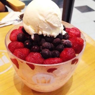 Yogurt Berry Shaved Ice - 位于ปทุมวัน的Hollys Coffee (ฮอลลี่ส์ คอฟฟี่) (ปทุมวัน) | 曼谷