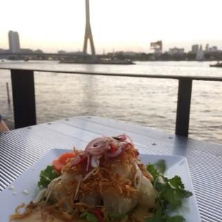 ยำส้มโอไก่กรอบ - 位於的In Love Bar & Restaurant (วัดสามพระยา)   曼谷