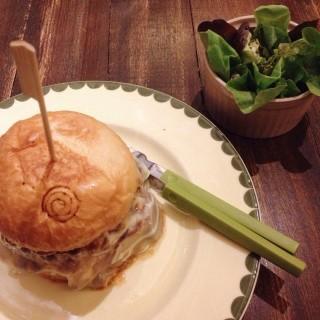 tripple cheese burgers - 位於คลองตันเหนือ的Sweet Pista (คลองตันเหนือ) | 曼谷