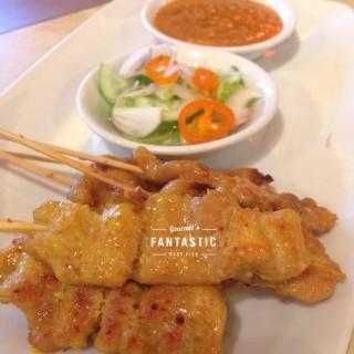 หมูสะเต๊ะ -  dari Mae Sri Ruen Noodle (หนองบอน) di หนองบอน |Bangkok