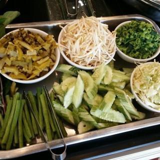 ผักเคียงขนมจีน - ใน จากร้านครัวไทย บาย ตำมั่ว (อ.เมืองภูเก็ต)|ภูเก็ต