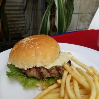 Cheese Burger -  dari Braga Permai Resto & Cake Shop (Asia Afrika) di Asia Afrika |Bandung