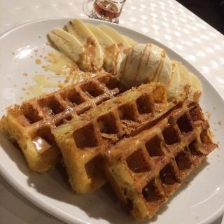 香蕉花生醬窩夫配雲呢嗱雪糕 - ใน大角咀 จากร้านLa Petit Prince Dessert (大角咀)|ฮ่องกง