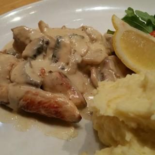 Chicken Scallopini - Riau's Hummingbird Eatery & Guesthouse (Riau) Bandung