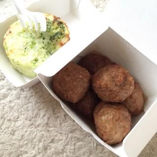 Swedish Meatballs and veggie potato cake - 位於銅鑼灣的宜家家居美食站 (銅鑼灣) | 香港