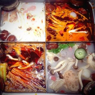 麻辣 鸡汤 番茄 海鲜汤 -  Somerset / 海底撈火鍋 (Somerset)|Singapore