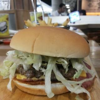 Fat burger with cheese and beef bacon -  dari Fatburger (Thamrin) di Thamrin |Jakarta