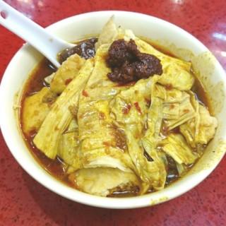 香滑枝竹,蘿蔔,辣豬紅,豆卜,雞中翼,加大辣汁及滷水汁 - 位於銅鑼灣的新記美食 (銅鑼灣) | 香港