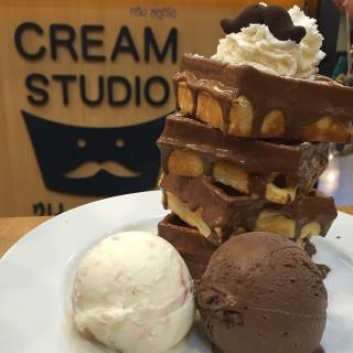 Long stack nutella waffles -  dari Cream Studio (ลุมพินี) di ลุมพินี |Bangkok