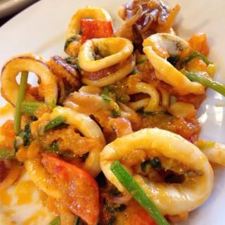 ปลาหมึกผัดไข่เค็ม -  dari Baan Klang Nam (บางโคล่) di บางโคล่ |Bangkok