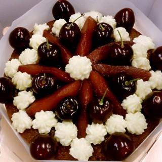 櫻桃洋梨法芙納巧克力蛋糕 -  dari J's Place 輕鬆小酒吧 (松山區) di 松山區 |Taipei