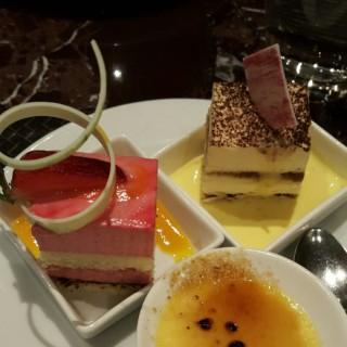 Rasberry Mousse Cake + ทีรสมิสุ -  dari Flavors (ลุมพินี) di ลุมพินี |Bangkok