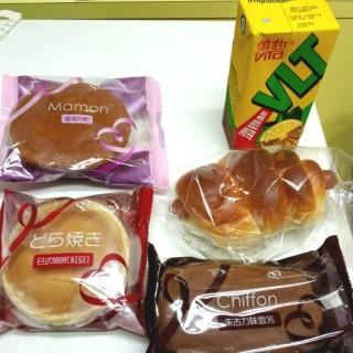腸仔飽,朱古力味雪芳,日式燒餅(紅豆),香滑孖鬆,凍檸檬茶 - 位於的美心西餅 (香港仔) | 香港