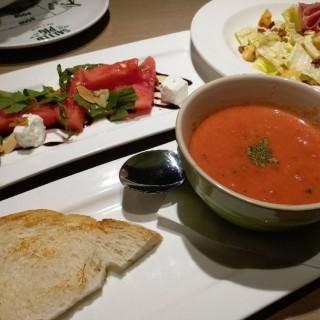 蕃茄忌廉湯 ,辣肉腸凱撒沙律,菲達芝士西瓜沙律 - 位於的The Salted Pig (沙田) | 香港