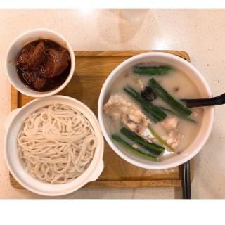 豬軟骨鯇魚腩勝瓜米線 - ใน深水埗 จากร้านSoup Plus (深水埗)|ฮ่องกง