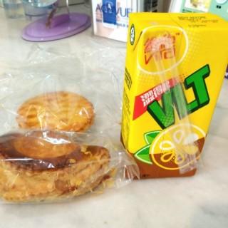 咖喱角、雞批、維他檸檬茶 - 位於的美心西餅 (香港仔) | 香港