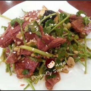 香菜拌驴肉 很进味,适合喝酒。 - ใน จากร้าน红状元粥店 (江岸区)|Wu Han