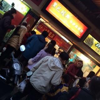 当时好多人喔 旁边烤鸡腿的烟太多 所以我站远点 - ใน จากร้าน黑色经典长沙臭豆腐(水塔店) (水塔)|Wu Han