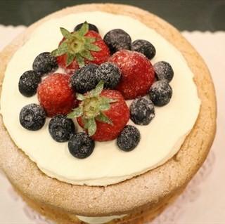 草莓裸蛋糕 - ใน江汉区 จากร้านFor Cafe为了咖啡烘焙房 (江汉区) Wu Han