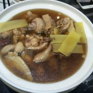 黄酒煮鸡 - ใน广州东站 จากร้าน悦鑫好客家 (广州东站)|Guangzhou