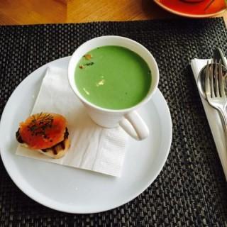 Chilled green pea soup with yogurt and salmon roe - 位於上環的Upper Modern Bistro (上環) | 香港