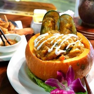 南瓜焗咖哩海鮮 - 位于湾仔的新泰東南亞餐廳 (湾仔) | 香港