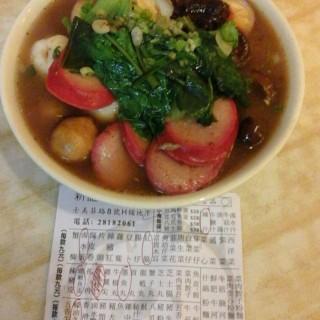 咖啡魚蛋、紅腸、鹵水蛋、墨魚丸、蠔油冬菇 - 位於西環的新記特式車仔麵 (西環) | 香港