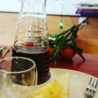 手沖咖啡加埋homemade lemon cheesecake - 位于深水埗的Café Sausalito (深水埗)   香港