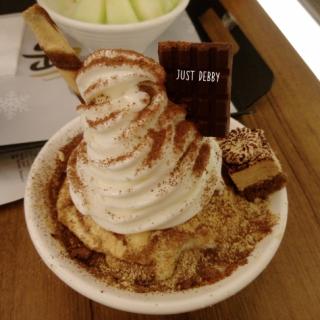 韓式特級香濃邪惡Tiramisu雪奶 - ใน銅鑼灣 จากร้านNun Korean Dessert (銅鑼灣)|ฮ่องกง