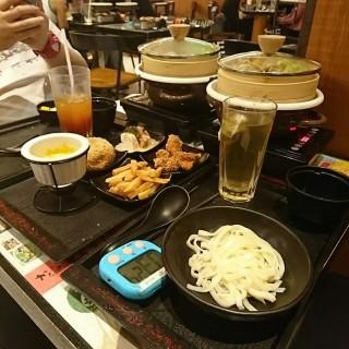 2人套餐:c.  豚梅肉配蜜糖芥末讚歧烏冬+岩鹽蒸雞燴飯+迷你芝士火鍋拼盤+抺茶紅豆沖繩炸包 - 位於旺角的Antoshimo Cafe & Bakery (旺角) | 香港