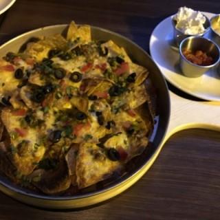 墨西哥芝士焗粟米片配酸忌廉,牛油果醬蕃茄莎莎 - 位於荃灣的Lucky U (荃灣) | 香港