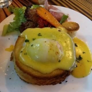 signature egg benedict - 位于长沙湾的Oui Oui Bistro (长沙湾) | 香港