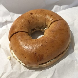 Cinnamon  Raisin  bagel  with  cream  cheese   - 位於中環的R&R Bagels (中環) | 香港