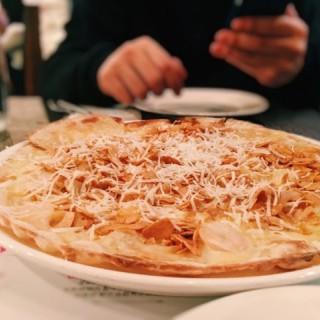 蝦、菠蘿、炸蒜片 MFG招牌意大利薄餅 - 位於銅鑼灣的Mad for Garlic (銅鑼灣) | 香港