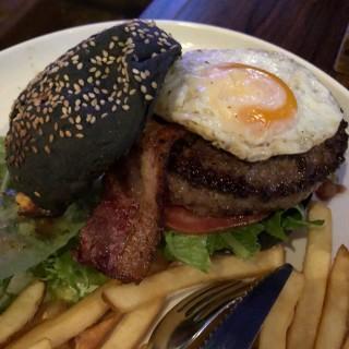 美國安格斯牛肉芝士煙肉煎蛋漢堡伴薯條 - 位於尖沙咀的The Right Place (尖沙咀) | 香港