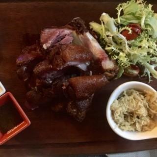 香燒荷蘭黑啤豬手配酸椰菜及自家製醋汁 - 位于尖沙咀的Y Show Tasty (尖沙咀) | 香港